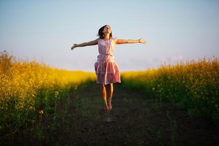 glückliche Frau in der gelben Wiese