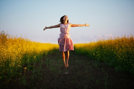 feliz: mujer feliz en el prado amarillo Foto de archivo