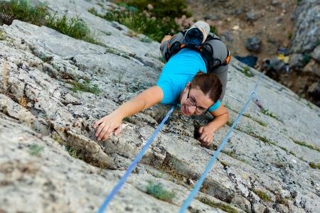 Femme pratiques en escalade sur le rocher dans les montagnes de Crimée Banque d'images - 18686413