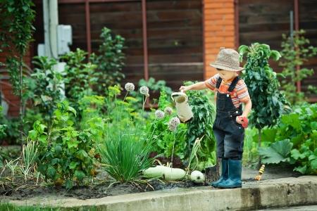 Portret van een jongen die in de tuin in vakantie