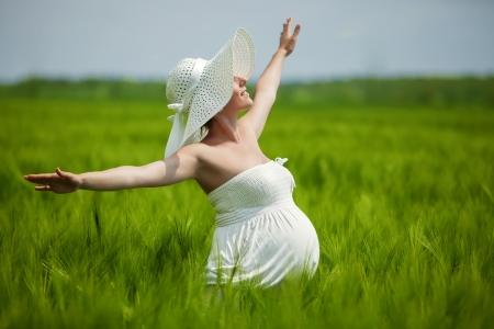 Zwangere blanke vrouw neemt rust buiten