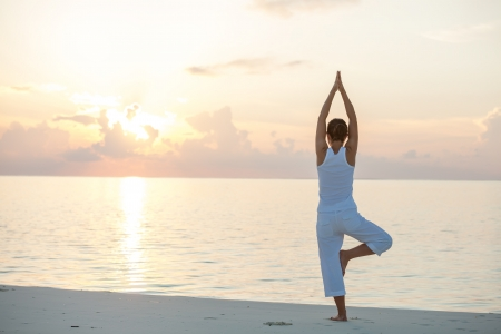 Kaukasischen Frau praktizieren Yoga an der K?ste