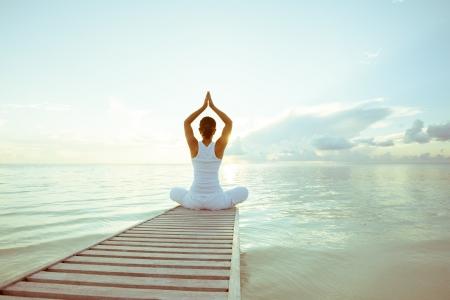 relaxamento: Caucasiano, mulher, praticar yoga na praia