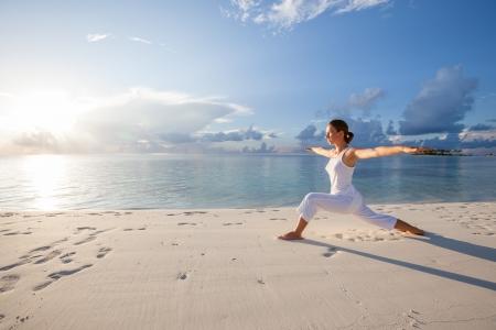 fitness: Caucasiano, mulher, praticar yoga na praia