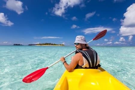ocean kayak: Hombre joven cauc?co kayak en el mar en Maldivas Foto de archivo