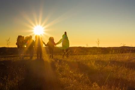 Wandelaars is het lopen op plateau in de Krim bergen tijdens zonsondergang