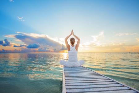 Caucasian woman practicing yoga at seashore 版權商用圖片 - 22228289