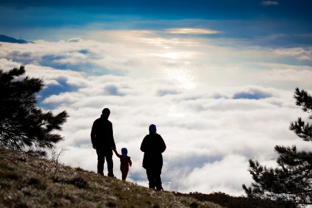 bonsoir: Silhouette d'un randonneur au sommet de la montagne Banque d'images