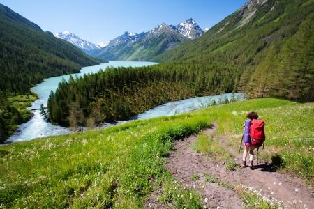 ロシア連邦アルタイ山のハイカー