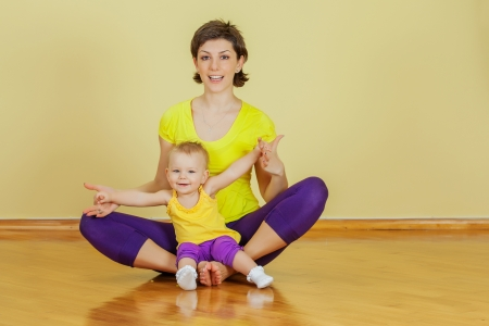 phisical: Mother do phisical exercises with her daughter at home Stock Photo