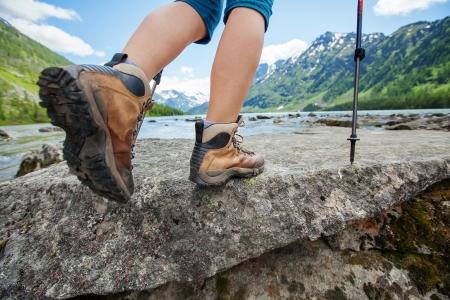 Wandelen boot close-up op bergrotsen