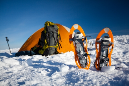 Camping during winter hiking in Carpathian mountains Banque d'images
