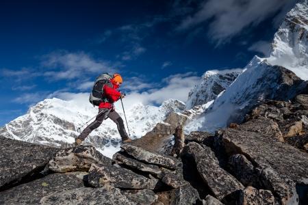 escalando: Caminante en la caminata en el Himalaya, valle de Khumbu, Nepal