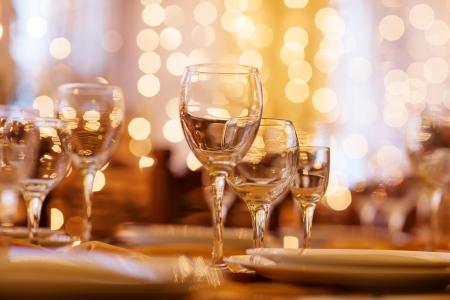 美しく、レストラン内のテーブルを用意しています