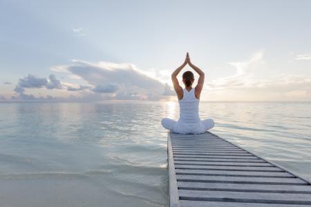 Caucasica donna praticare lo yoga in riva al mare Archivio Fotografico - 22485056