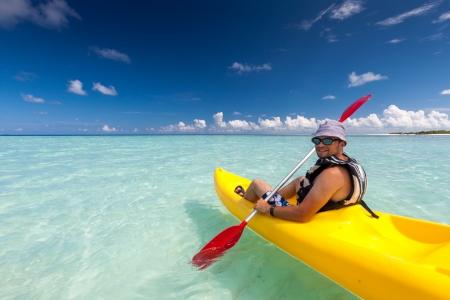 ocean kayak: Hombre de raza cauc�sica en kayak en el mar en Maldivas Foto de archivo