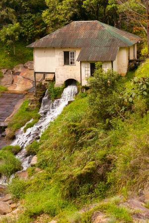 molino de agua: Antiguo molino de agua en el r�o de monta�a Foto de archivo
