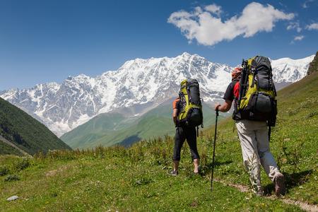 svaneti: Los excursionistas en las monta�as del C�ucaso de Zemo (superior) Svaneti, Georgia Foto de archivo