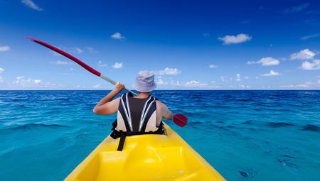 ocean kayak: Hombre de raza cauc�sica es kayak en el mar en Maldivas