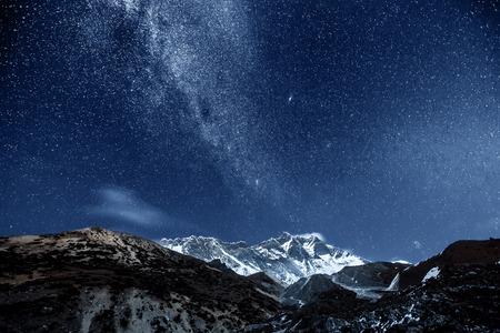 Himalaya berg met ster in de nacht Stockfoto