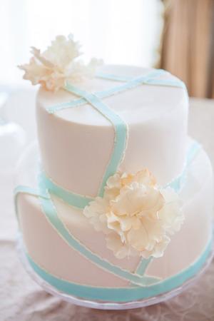 pastel de bodas: pastel de boda con decoraci�n individual en la tabla withe