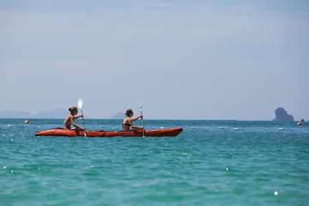 ocean kayak: Mujer de raza blanca es kayak en el mar en Tailandia Foto de archivo
