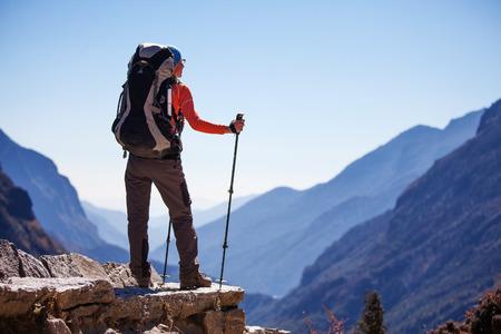 Wandelaar op de tocht in de Himalaya, Khumbu vallei, Nepal