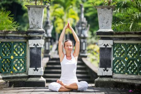 woman meditating: mujer meditando hacer yoga
