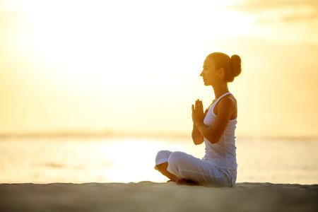 Caucasian Frau Yoga an der Küste