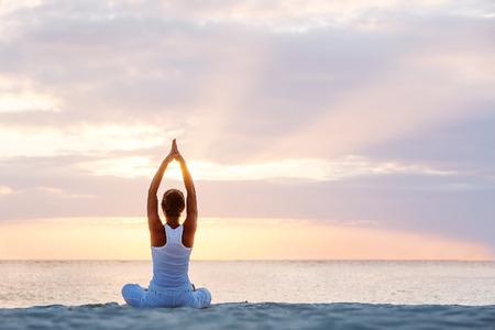 Caucasiano, mulher, praticar yoga na praia