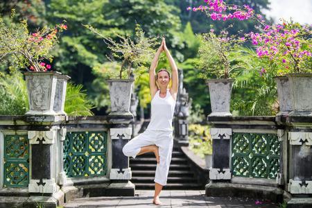 mujer meditando: mujer meditando hacer yoga