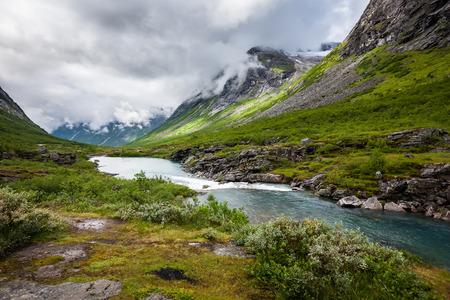 verano: Paisaje pintoresco de Noruega campo