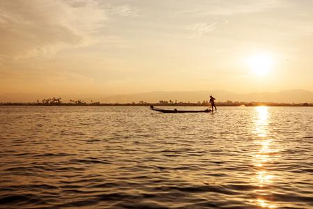 pecheur: Les pêcheurs de Inle lacs coucher du soleil, Myanmar. Banque d'images