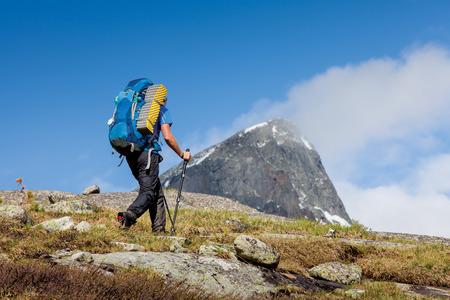 Jonge vrouw is wandelen in de hooglanden van Altai gebergte, Rusland
