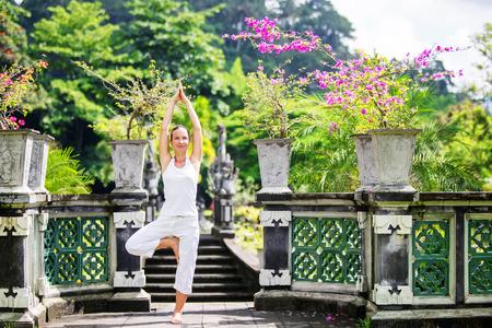 mujer meditando: mujer meditando hace yoga