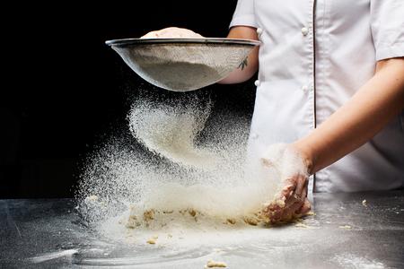 Woman hands kneading dough. Banque d'images