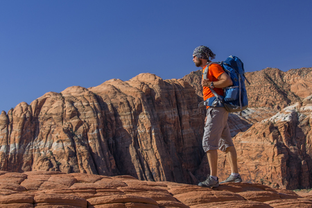 Hiker on a trail in volcanic Snow canyon State Park in Utah, USA 版權商用圖片