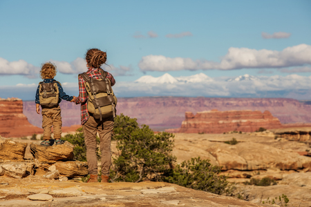 Hiker with boy in Canyonlands National park, needles in the sky, in Utah, USA 版權商用圖片