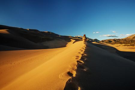 A tourist traveled through the desert Stockfoto