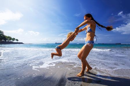 Een gezin heeft plezier aan de kust Stockfoto