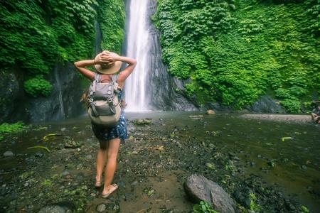 Frau in der Nähe von Munduk Wasserfall auf Bali, Indonesien