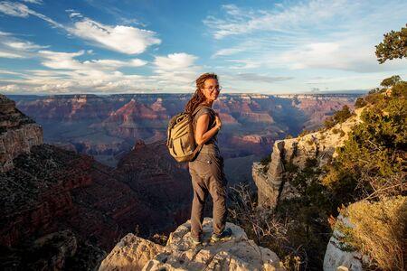 Ein Wanderer im Grand Canyon National Park, South Rim, Arizona, USA.
