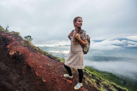 Mujer disfrutando del amanecer desde la cima de la montaña Batur, Bali, Indonesia. Foto de archivo