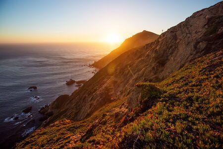 Hermosa puesta de sol en el océano