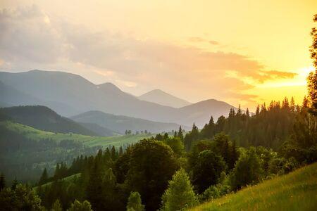 Schöner Sonnenuntergang in den Karpaten