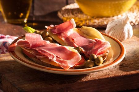 Stilleven van ingrediënten voor het bereiden van een pa amb oli typisch van Mallorca, Spanje