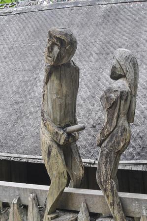 sexualidad: figuras de madera en posiciones sexuales, antigua casa de la sexualidad de Vietnam