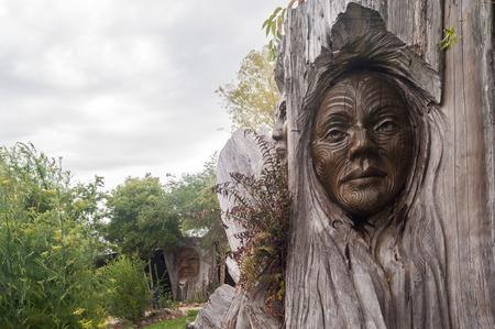 plano: Nelson, New Zealand Close-Up of Iconic Papa and Rangi Sculpture at Arts Unique, next to the entrance to the Abel Tasman National Park, Marahau, Tasman Region, New Zealand.