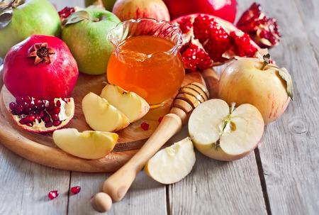 Granatäpple, äpple och honung, traditionell mat av judisk nyårsfirande, Rosh Hashana. Selektiv fokus.