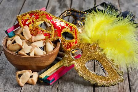 carnaval: cookies Hamantaschen ou les oreilles de Haman, bruiteur et carnaval masques pour la c�l�bration de Pourim (f�te juive de).